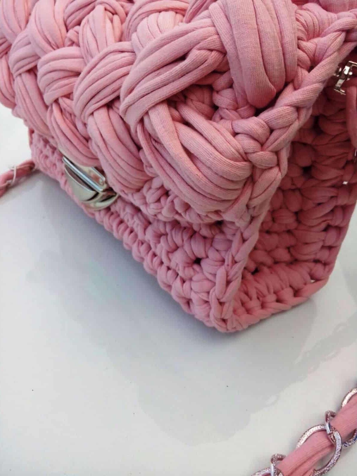 На второй фотографии розовая вязаная сумка с ремешком от Shapar, бренда женской одежды и аксессуаров ручной работы в интернет-магазине связанных спицами вещей.