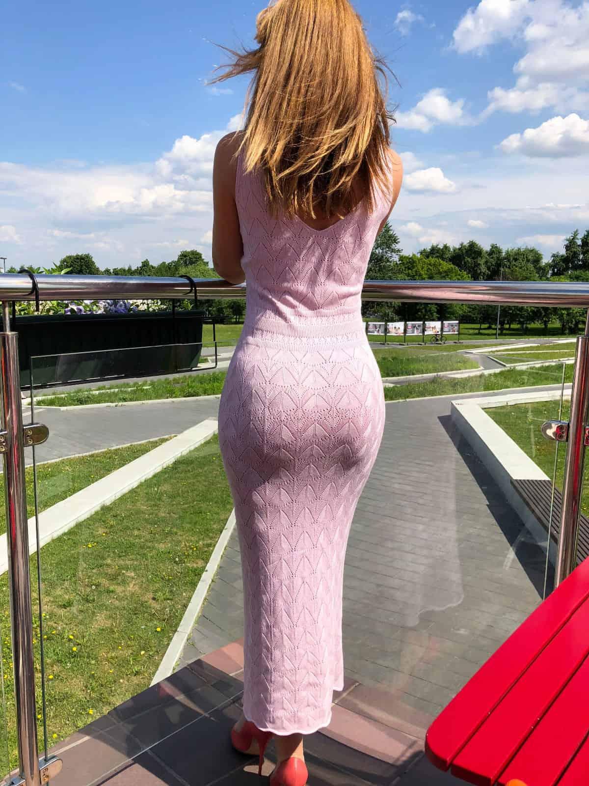 На второй фотографии женское розовое платье со спины от Shapar, бренда вязаной одежды ручной работы в интернет-магазине связанных спицами вещей.
