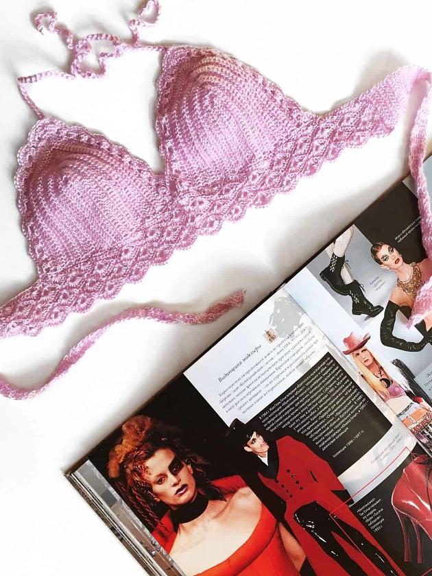 На фотографии розовый женский купальник от Shapar, бренда вязаной пляжной одежды ручной работы в интернет-магазине связанных крючком вещей.