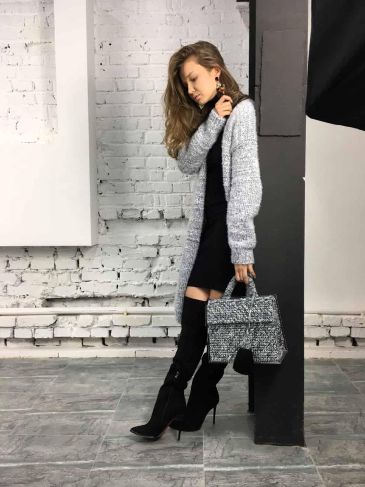 На фотографии серая эксклюзивная сумка для бизнес леди от SHAPAR, бренда женских вязаных аксессуаров ручной работы в интернет-магазине связанных вещей.
