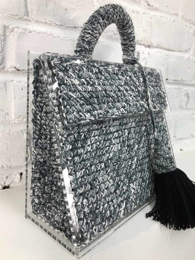 На фотографии женская серая сумка от Shapar, бренда вязаных аксессуаров ручной работы в интернет-магазине связанных спицами вещей.
