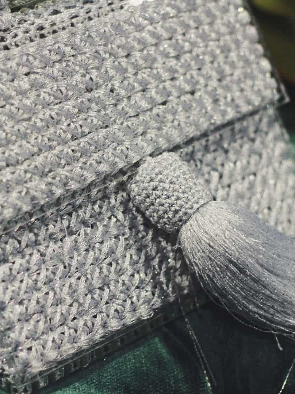 На второй фотографии серебряная сумка женская с прозрачным дном от Shapar, бренда вязаной одежды и аксессуаров ручной работы в интернет-магазине связанных спицами вещей.