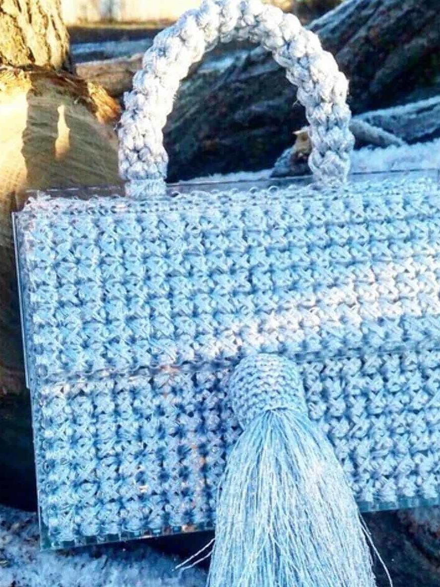 На третьей фотографии модная сумка для девушек и женщин серебряного цвета от Shapar, бренда вязаной одежды и аксессуаров ручной работы в интернет-магазине связанных спицами вещей.