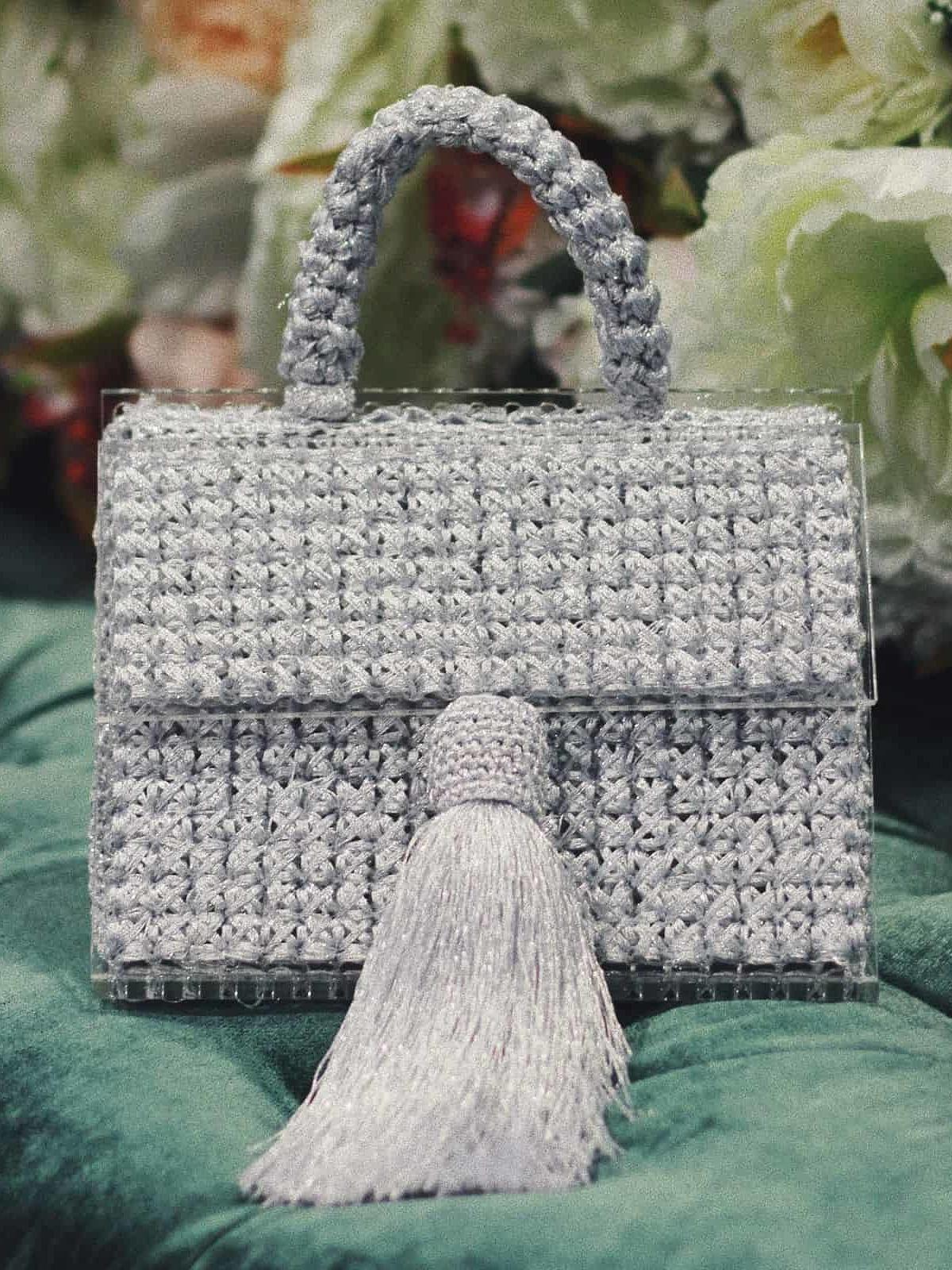 На фотографии серебряная сумка женская от Shapar, бренда вязаной одежды и аксессуаров ручной работы в интернет-магазине связанных спицами вещей.