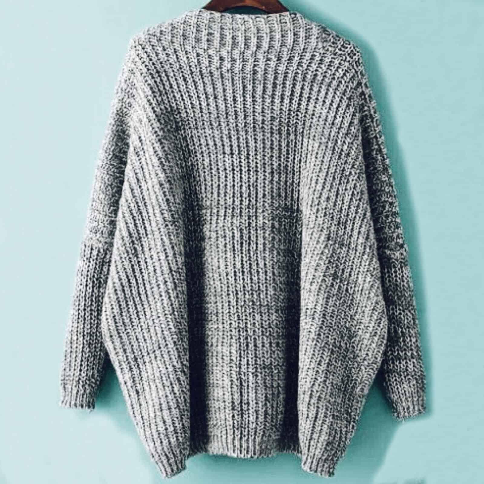 На второй фотографии серый джемпер с V-вырезом для девушек и женщин от Shapar, бренда вязаной одежды ручной работы в интернет-магазине связанных спицами вещей.