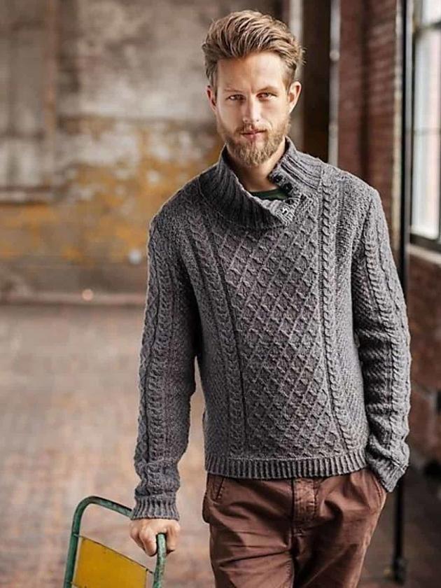 На фотографии мужской серый пуловер от Shapar, бренда вязаной одежды ручной работы в интернет-магазине связанных спицами вещей.