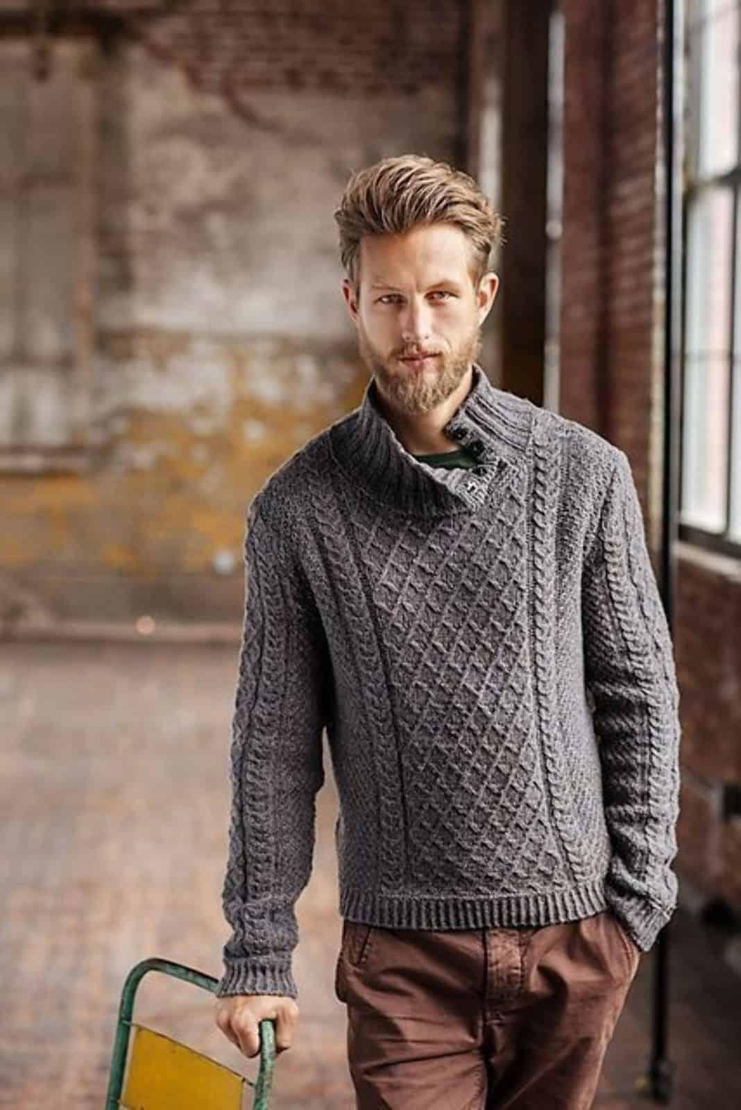 На фотографии серый вязаный пуловер для мужчин от SHAPAR, бренда одежды ручной работы в интернет-магазине связанных спицами вещей.