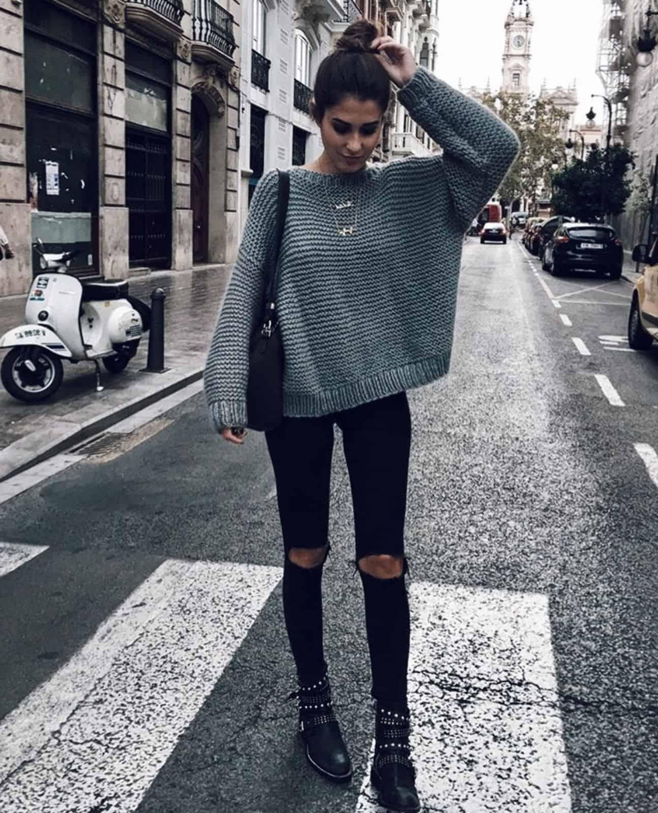 На фотографии серый женский свитер свободной посадки от SHAPAR, бренда вязаной одежды ручной работы в интернет-магазине связанных спицами вещей.