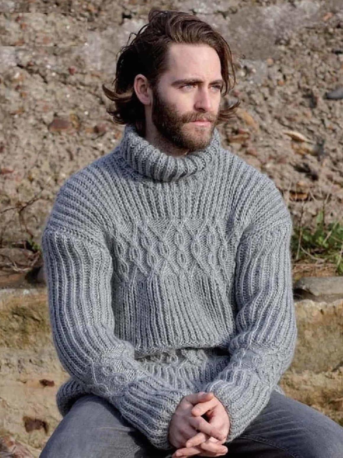 На фотографии серый свитер мужской от Shapar, бренда вязаной одежды ручной работы в интернет-магазине связанных спицами вещей.