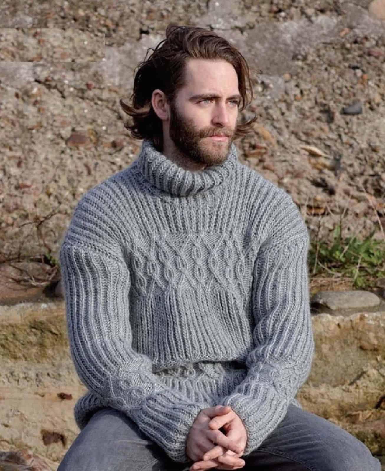 На фотографии серый вязаный свитер от SHAPAR, бренда мужской одежды ручной работы в интернет-магазине связанных спицами вещей.