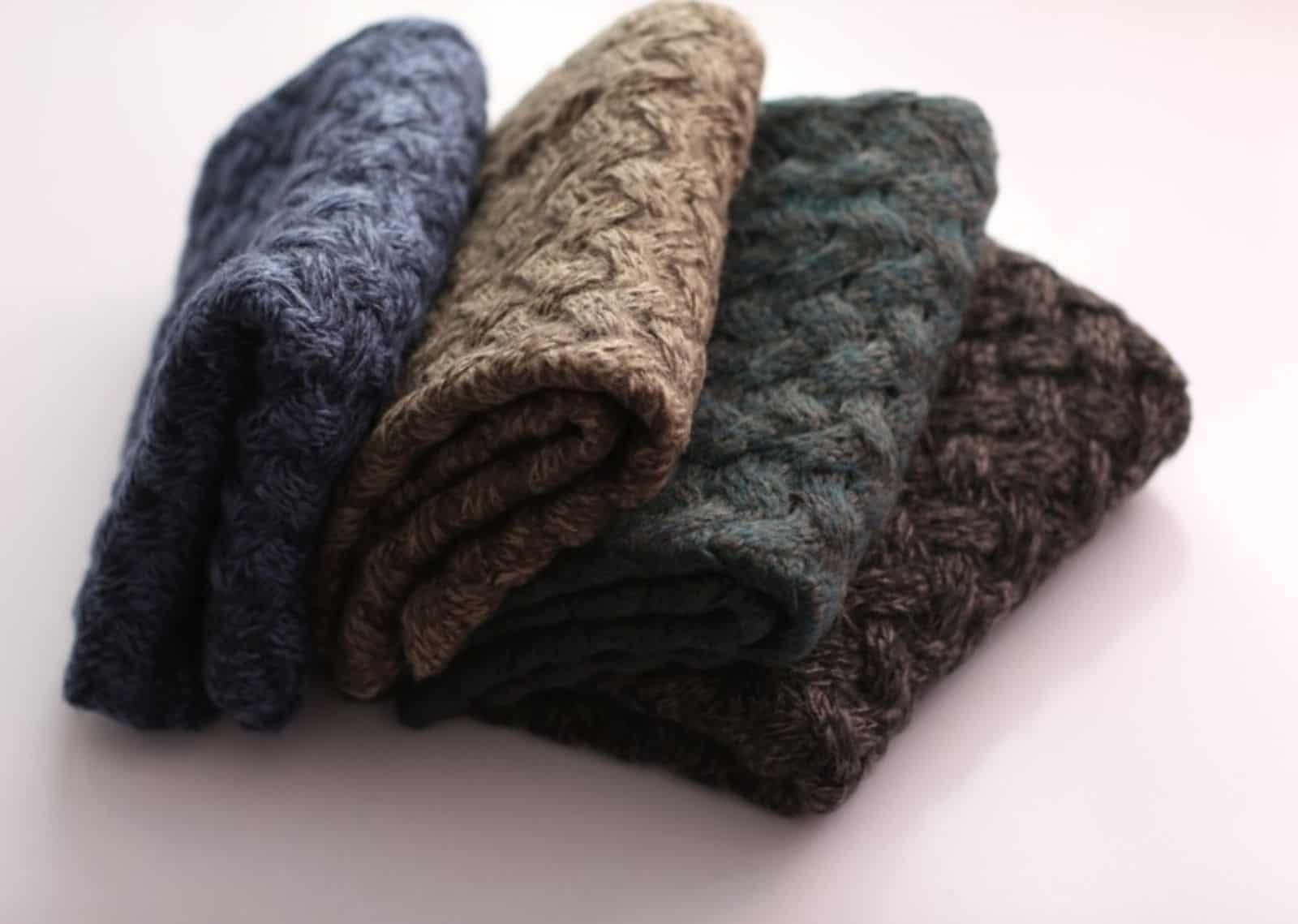 На фотографии связанный спицами шарф от SHAPAR, бренда мужской одежды ручной работы в интернет-магазине вязаных вещей.