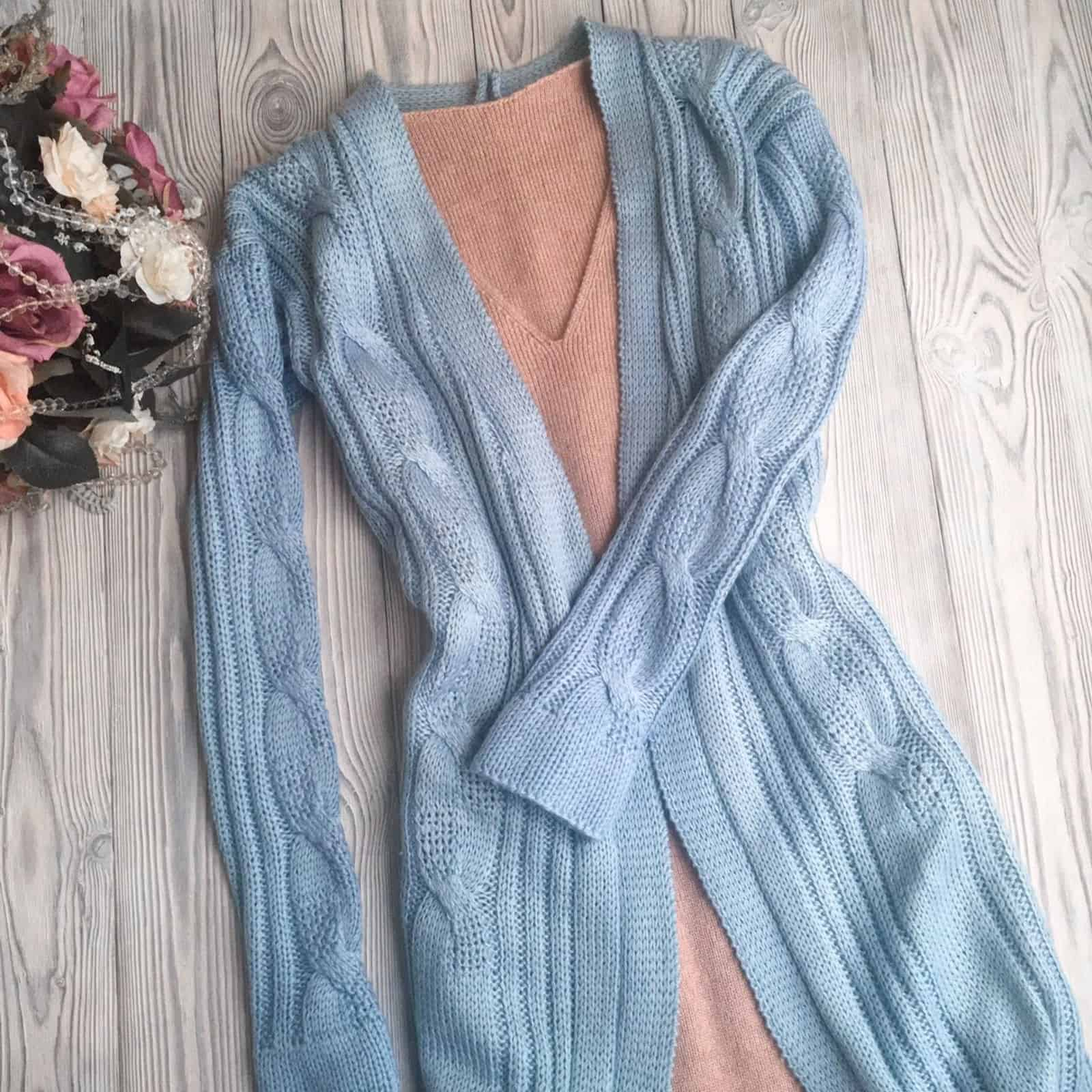 На фотографии женский шелковый кардиган голубого цвета от Shapar, бренда вязаной одежды ручной работы в интернет-магазине связанных спицами вещей.