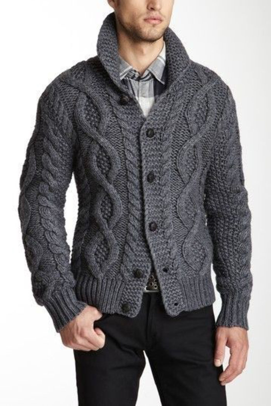 На фотографии шерстяной вязаный кардиган для мужчин от SHAPAR, бренда одежды ручной работы в интернет-магазине связанных спицами вещей.
