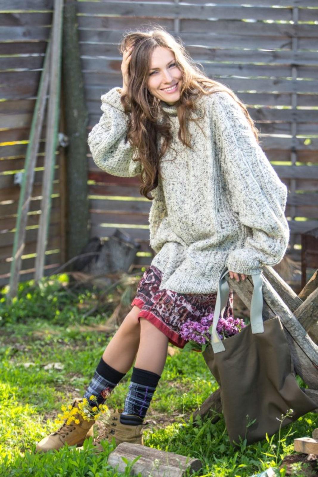 На фотографии женский широкий свитер от Shapar, бренда вязаной одежды ручной работы в интернет-магазине связанных спицами вещей.