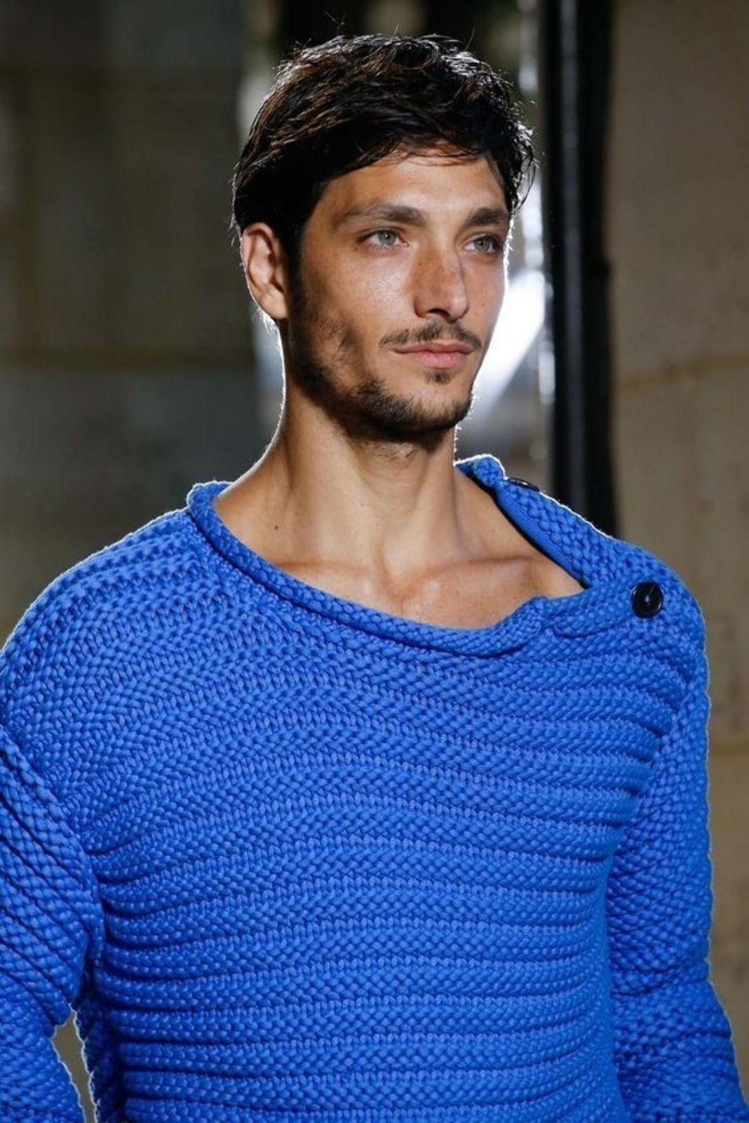 На фотографии синий вязаный свитер от SHAPAR, бренда мужской одежды ручной работы в интернет-магазине связанных спицами вещей.