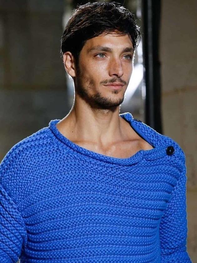 На фотографии синий свитер мужской от Shapar, бренда вязаной одежды ручной работы в интернет-магазине связанных спицами вещей.