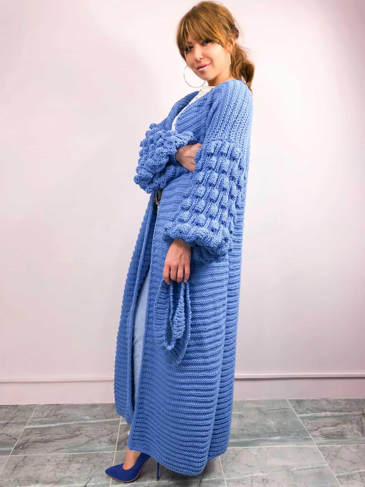 На второй фотографии женский современный кардиган синего цвета с поясом от Shapar, бренда вязаной одежды ручной работы в интернет-магазине связанных спицами вещей.