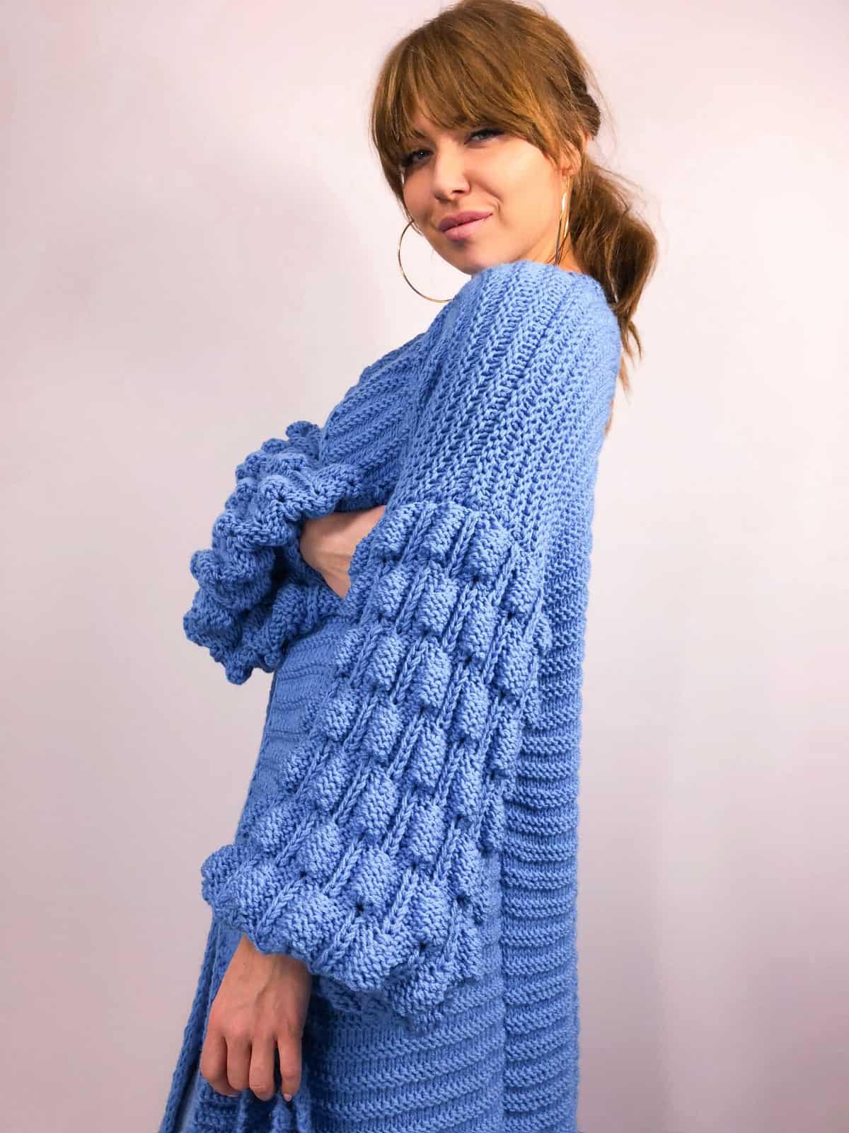 На пятой фотографии демисезонный современный кардиган синего цвета от Shapar, бренда вязаной одежды ручной работы в интернет-магазине связанных спицами вещей.