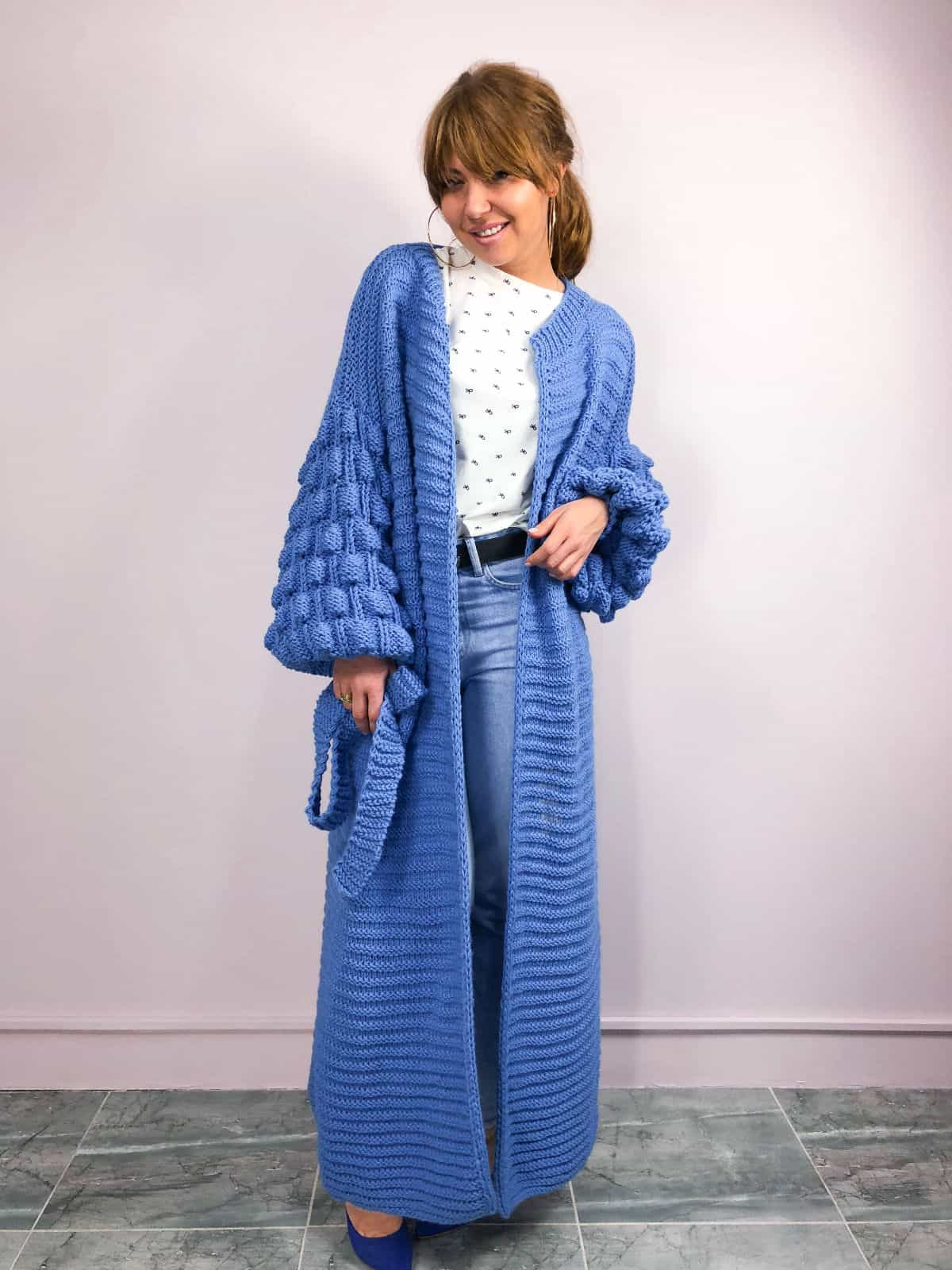 На четвертой фотографии женский современный кардиган синего цвета с объемными рукавами от Shapar, бренда вязаной одежды ручной работы в интернет-магазине связанных спицами вещей.