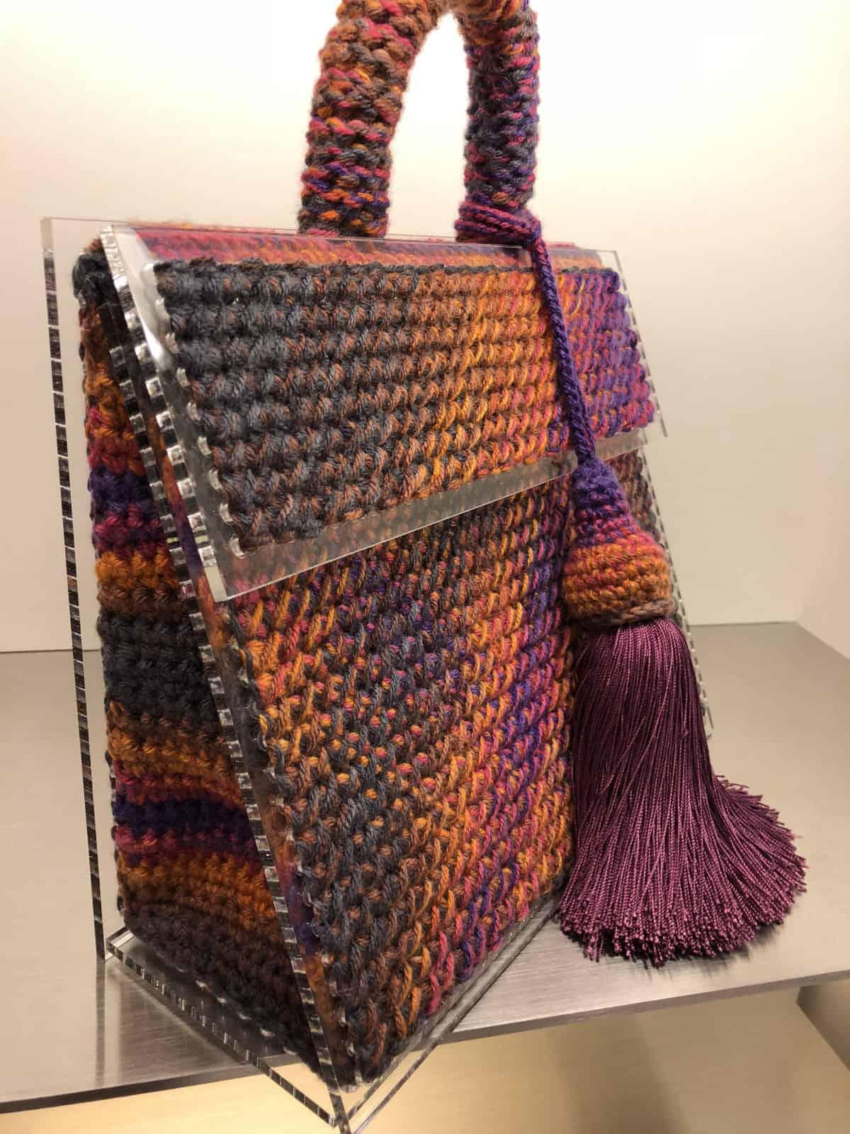 На четвертой фотографии стильная женская сумка со съемной кистью от Shapar, бренда вязаных аксессуаров ручной работы в интернет-магазине связанных спицами вещей.