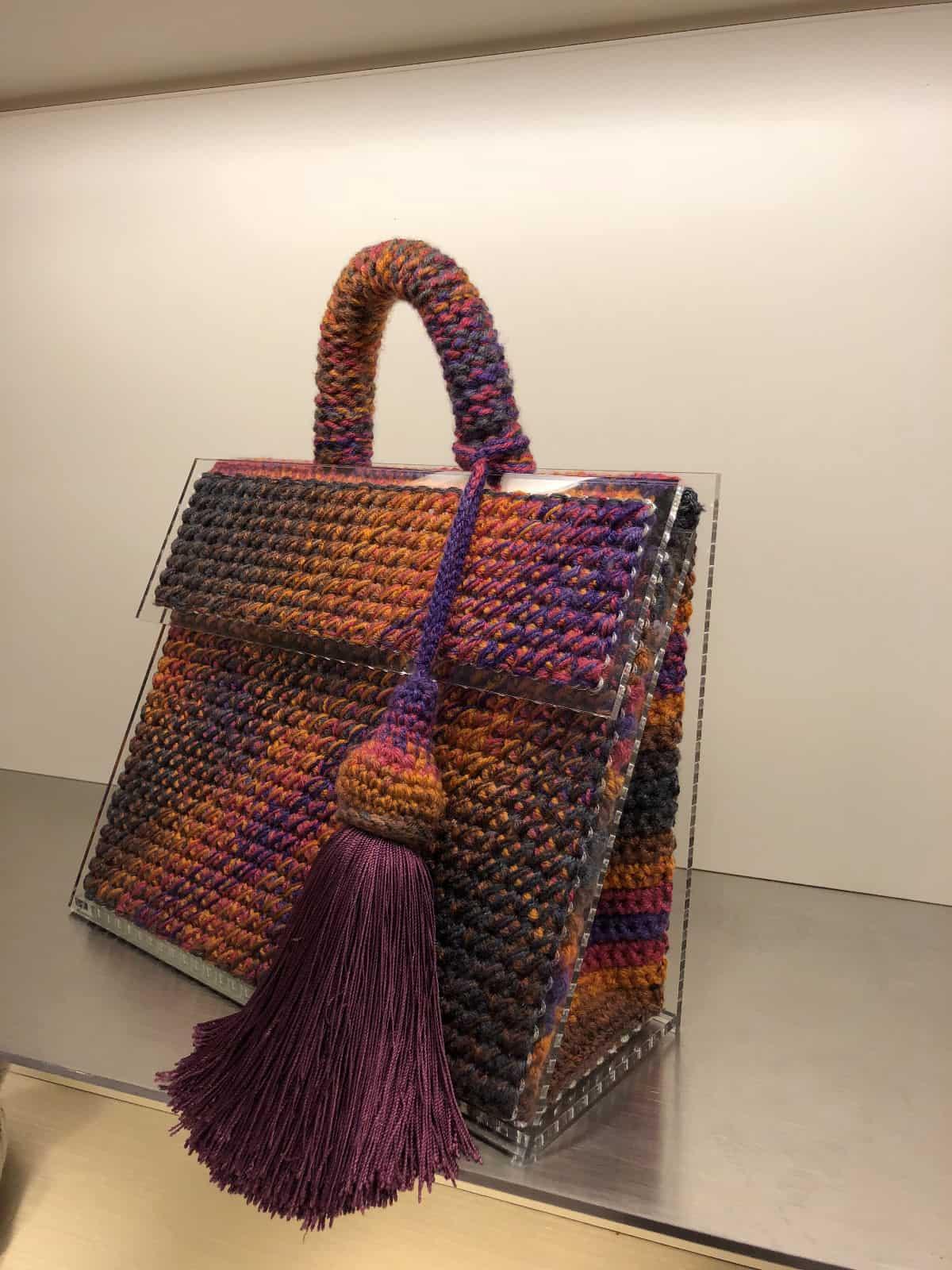 На второй фотографии стильная женская сумка от Shapar, бренда вязаных аксессуаров ручной работы в интернет-магазине связанных спицами вещей.