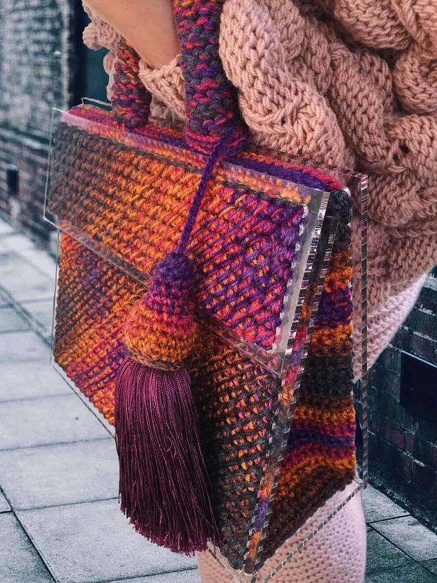На фотографии стильная женская сумка комбинированного цвета от Shapar, бренда вязаных аксессуаров ручной работы в интернет-магазине связанных спицами вещей.