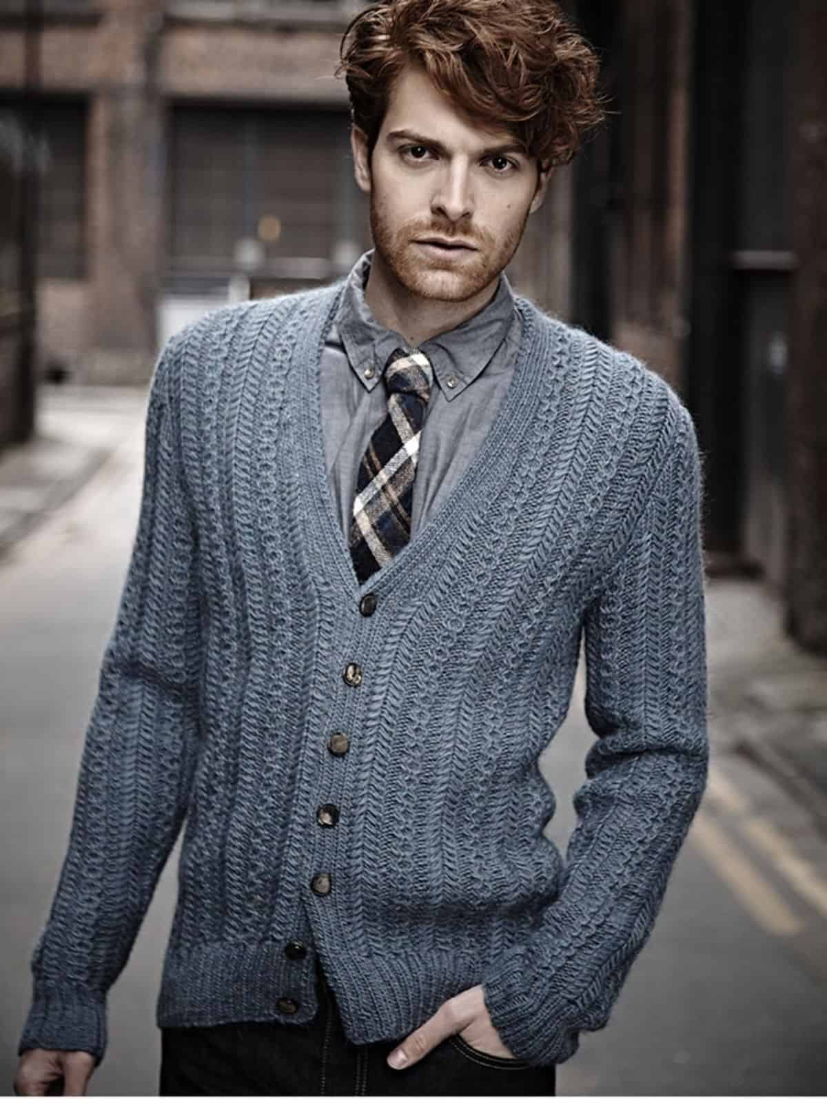 На фотографии стильный вязаный кардиган от SHAPAR, бренда мужской одежды ручной работы в интернет-магазине связанных спицами вещей.