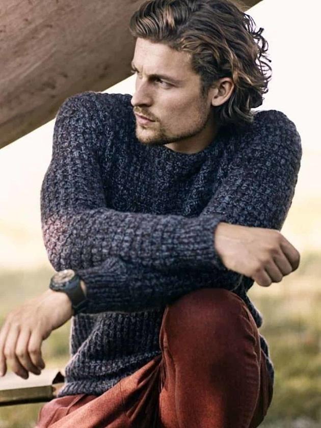 На фотографии темно-серый свитер мужской от Shapar, бренда вязаной одежды ручной работы в интернет-магазине связанных спицами вещей.
