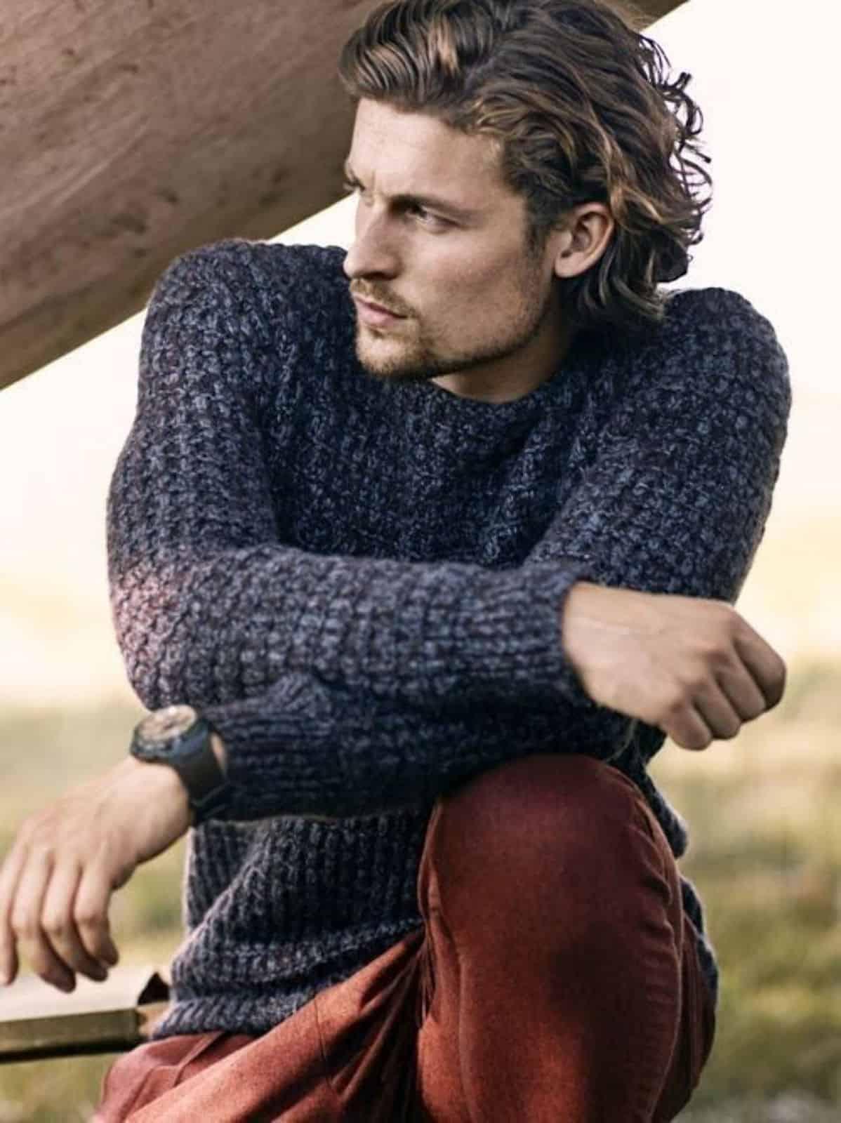 На фотографии стильный вязаный свитер от SHAPAR, бренда мужской одежды ручной работы в интернет-магазине связанных спицами вещей.