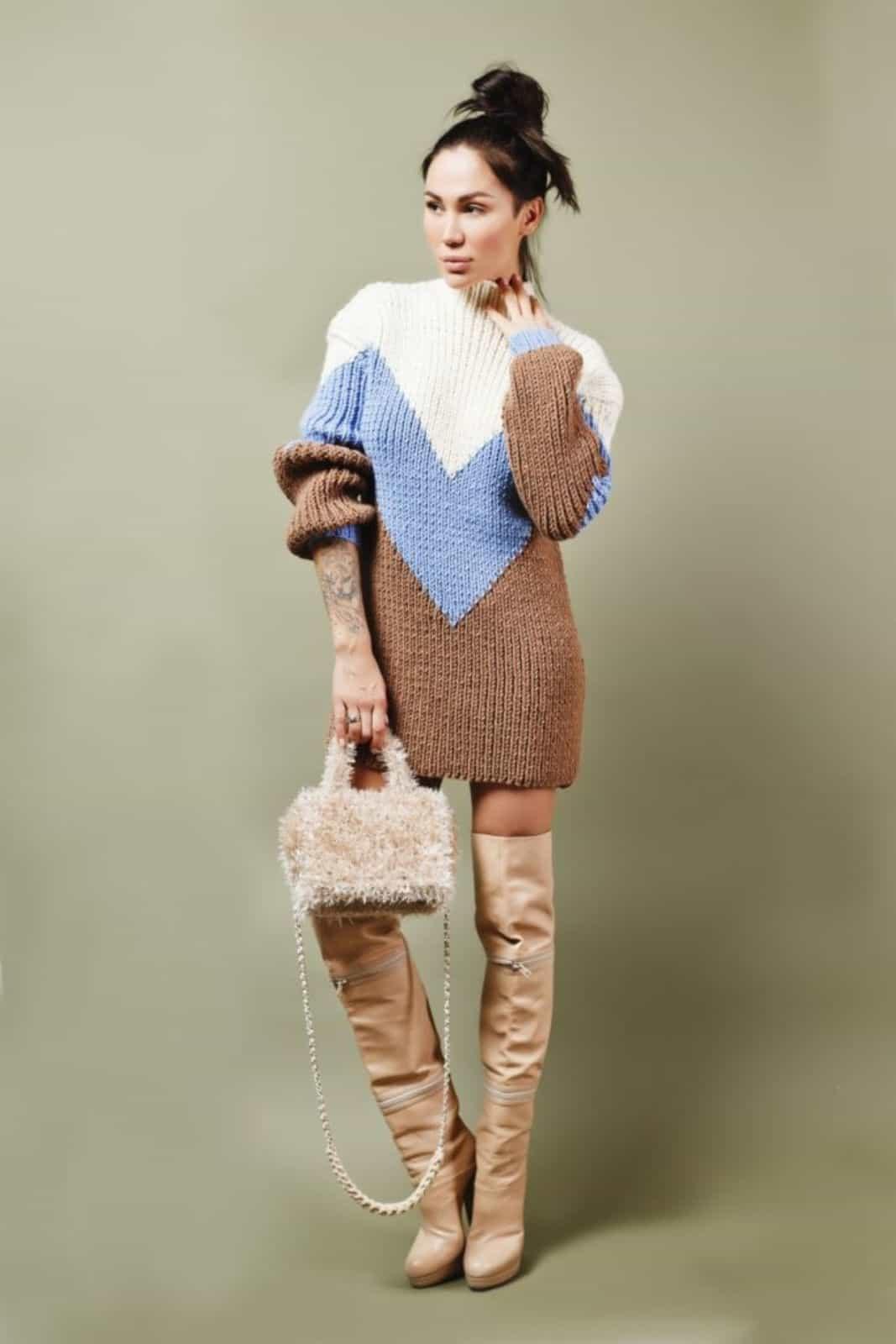 На фотографии женская бежевая маленькая сумка с прозрачным дном от Shapar, бренда вязаной одежды и аксессуаров ручной работы в интернет-магазине связанных спицами вещей.