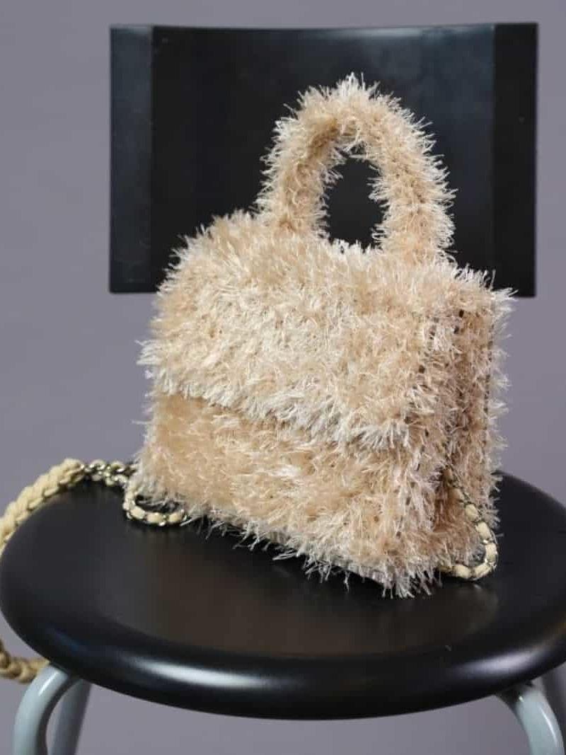 На второй фотографии женская бежевая маленькая сумка от Shapar, бренда вязаной одежды и аксессуаров ручной работы в интернет-магазине связанных спицами вещей.
