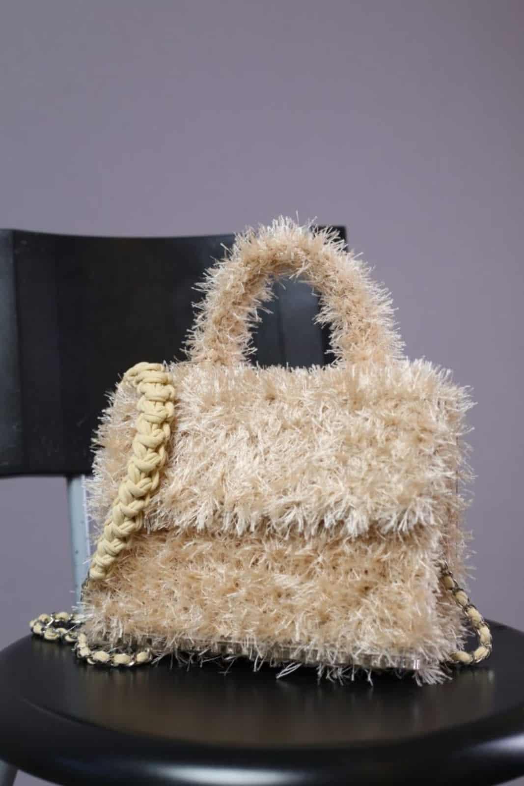 На третьей фотографии модная бежевая маленькая сумка для девушек и женщин от Shapar, бренда вязаной одежды и аксессуаров ручной работы в интернет-магазине связанных спицами вещей.