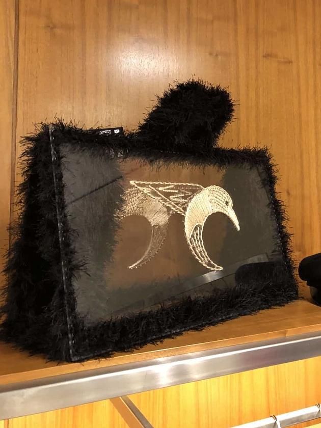 На фотографии женская сумка для пляжа от Shapar, бренда вязаных аксессуаров ручной работы в интернет-магазине связанных спицами вещей.
