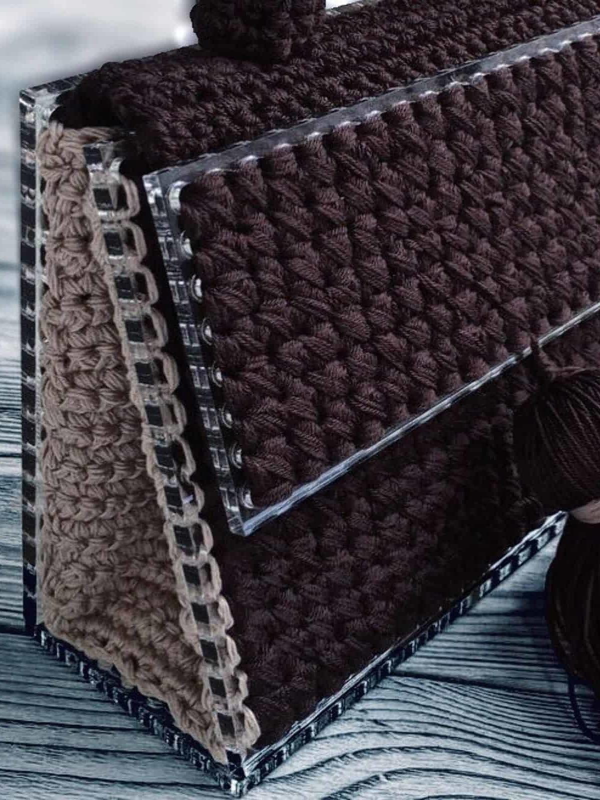 На второй фотографии маленькая коричневая женская сумка с бежевыми боковинами и прозрачным дном от Shapar, бренда вязаных аксессуаров и одежды ручной работы в интернет-магазине связанных спицами вещей.