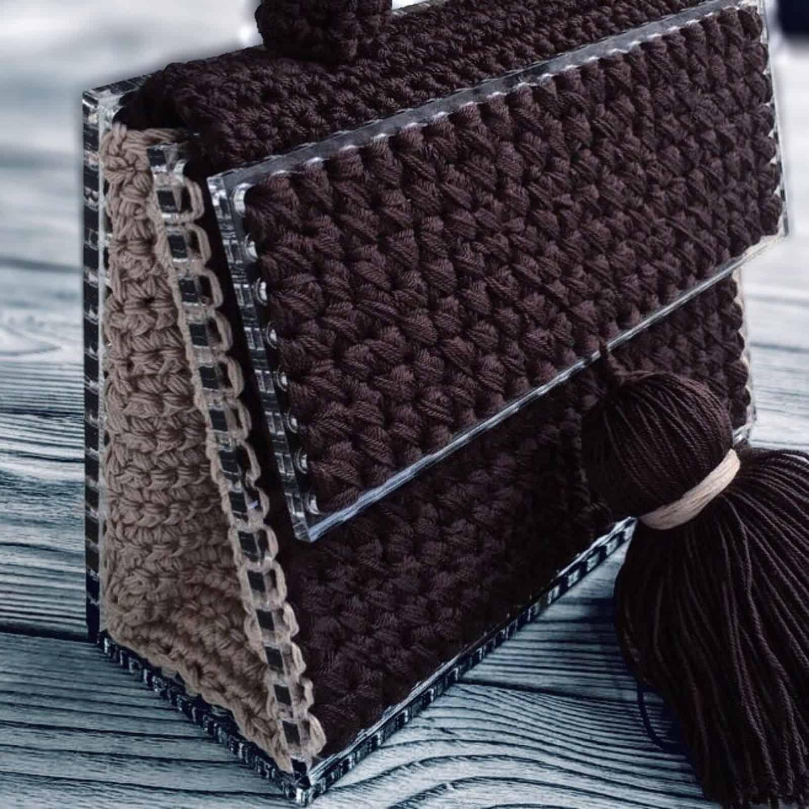 На фотографии женская коричневая сумка ручной работы от SHAPAR, бренда вязаных аксессуаров в интернет-магазине связанных спицами вещей.
