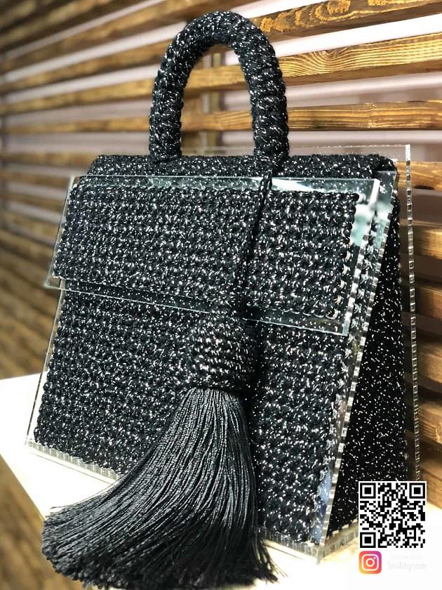 На фотографии женская сумка черного цвета от Shapar, бренда вязаных аксессуаров и одежды ручной работы в интернет-магазине связанных спицами вещей.
