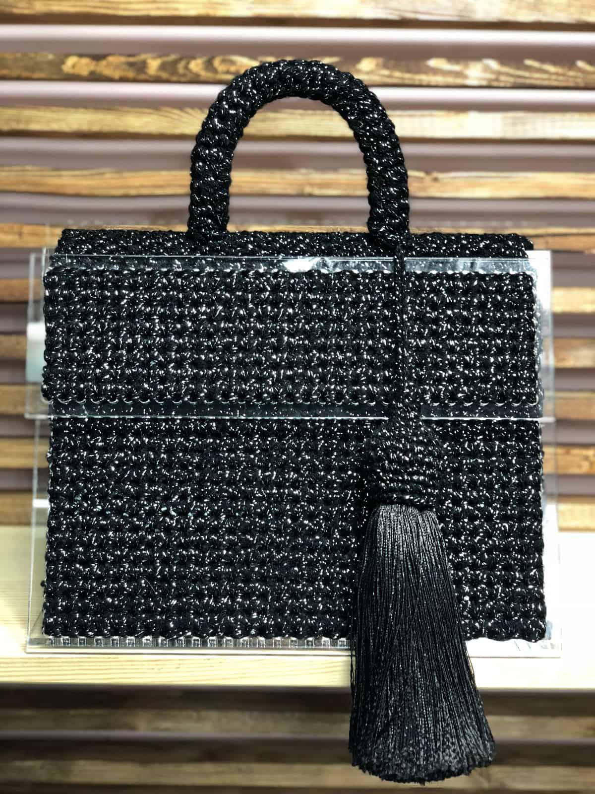 На фотографии женская сумка крючком от SHAPAR, бренда вязаных аксессуаров и одежды ручной работы в интернет-магазине связанных спицами вещей.