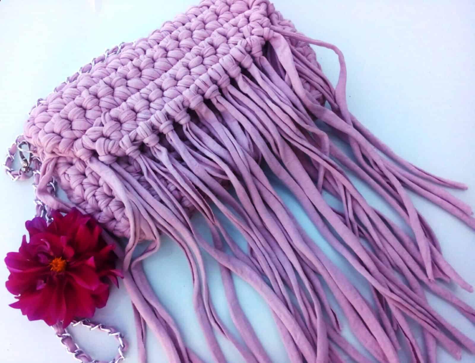На фотографии женская сумка в стиле бохо сиреневого цвета от SHAPAR, бренда вязаных аксессуаров ручной работы в интернет-магазине связанных спицами и крючком вещей.