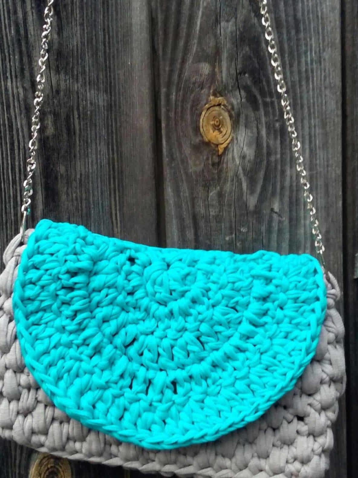 На фотографии сумка вязаная спицами от Shapar, бренда женской одежды и аксессуаров ручной работы в интернет-магазине связанных спицами вещей.