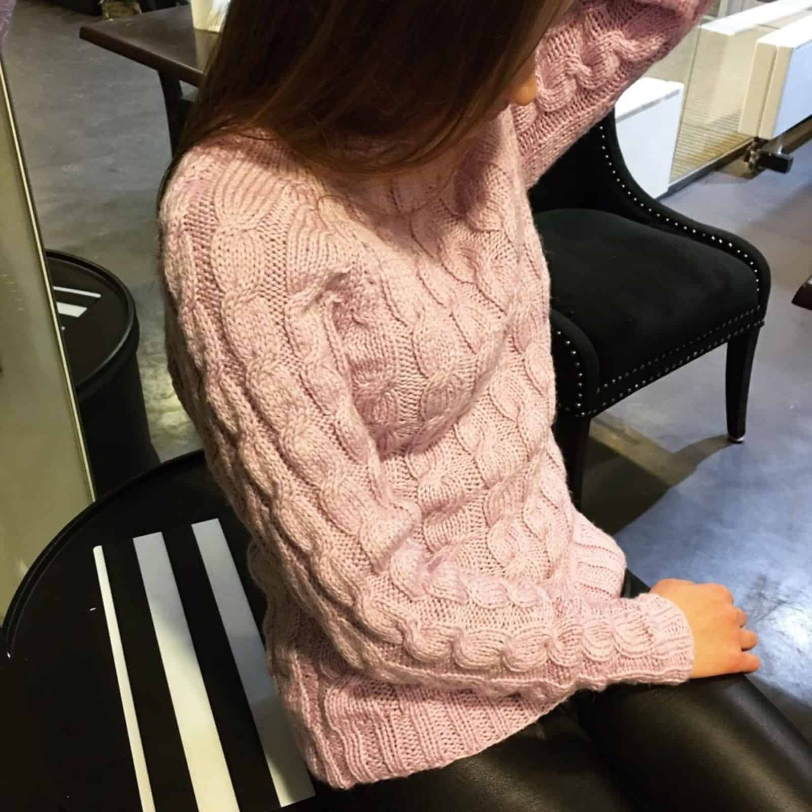 На фотографии бледно-розовый вязаный свитер для утонченных натур от SHAPAR, бренда женской одежды ручной работы в интернет-магазине связанных спицами вещей.