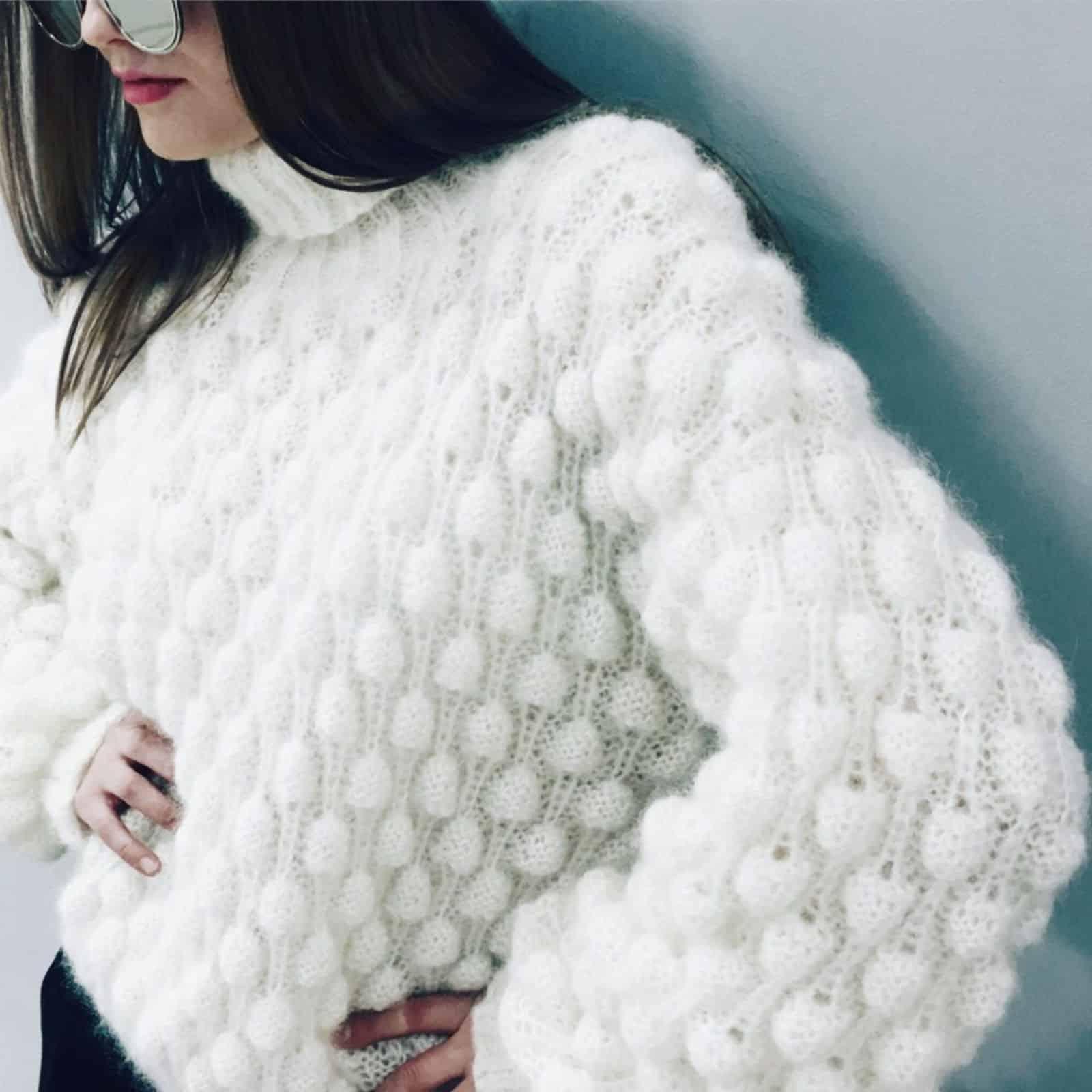 На фотографии белый вязаный свитер из мохера от SHAPAR, бренда женской одежды ручной работы в интернет-магазине связанных спицами вещей.