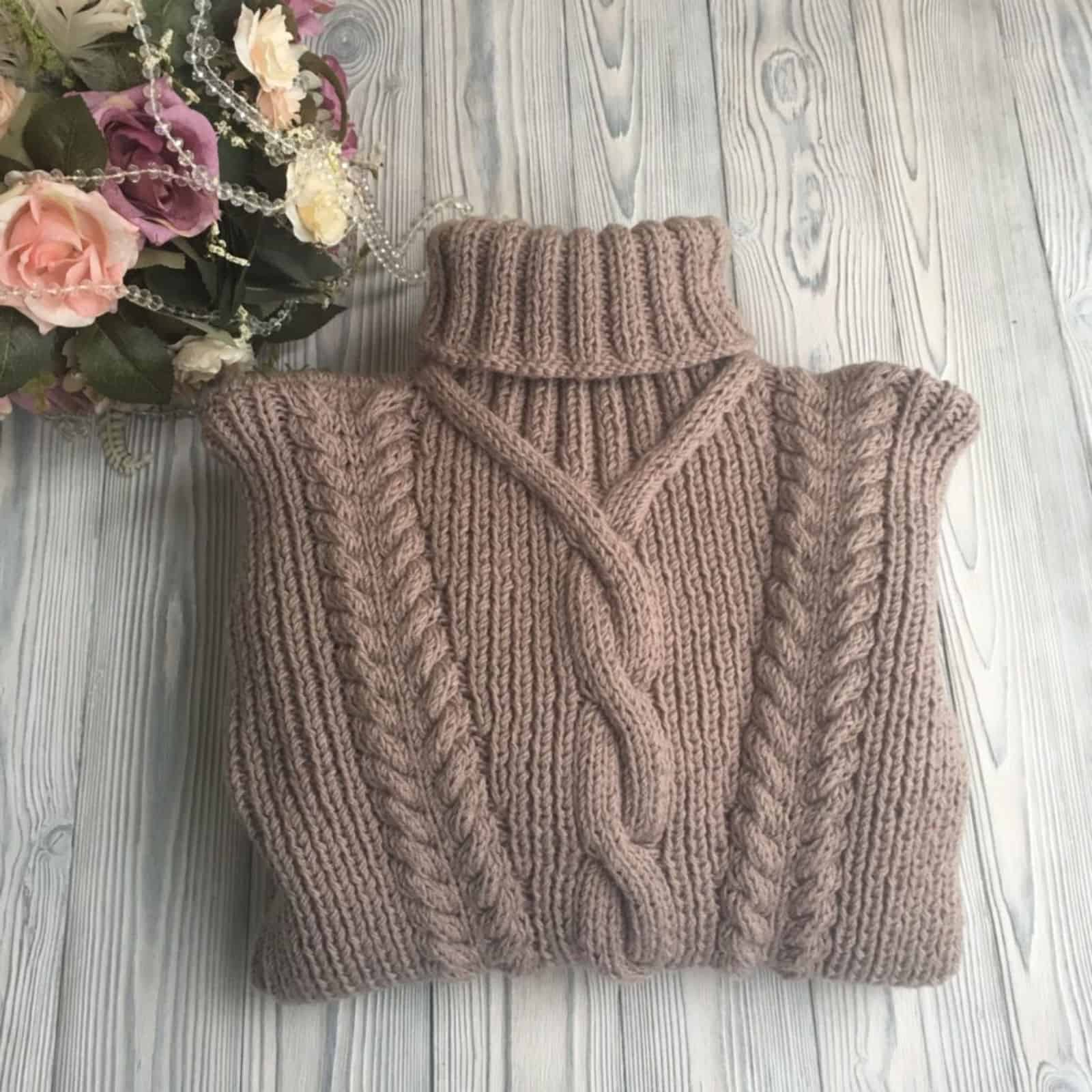 На четвертой фотографии женский свитер из шерсти коричневого цвета от Shapar, бренда вязаной одежды ручной работы в интернет-магазине связанных спицами вещей.