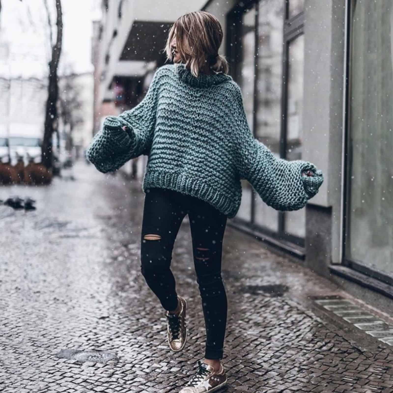 На третьей фотографии модный свитер крупной вязки для девушек и женщин от Shapar, бренда одежды ручной работы в интернет-магазине связанных спицами вещей.