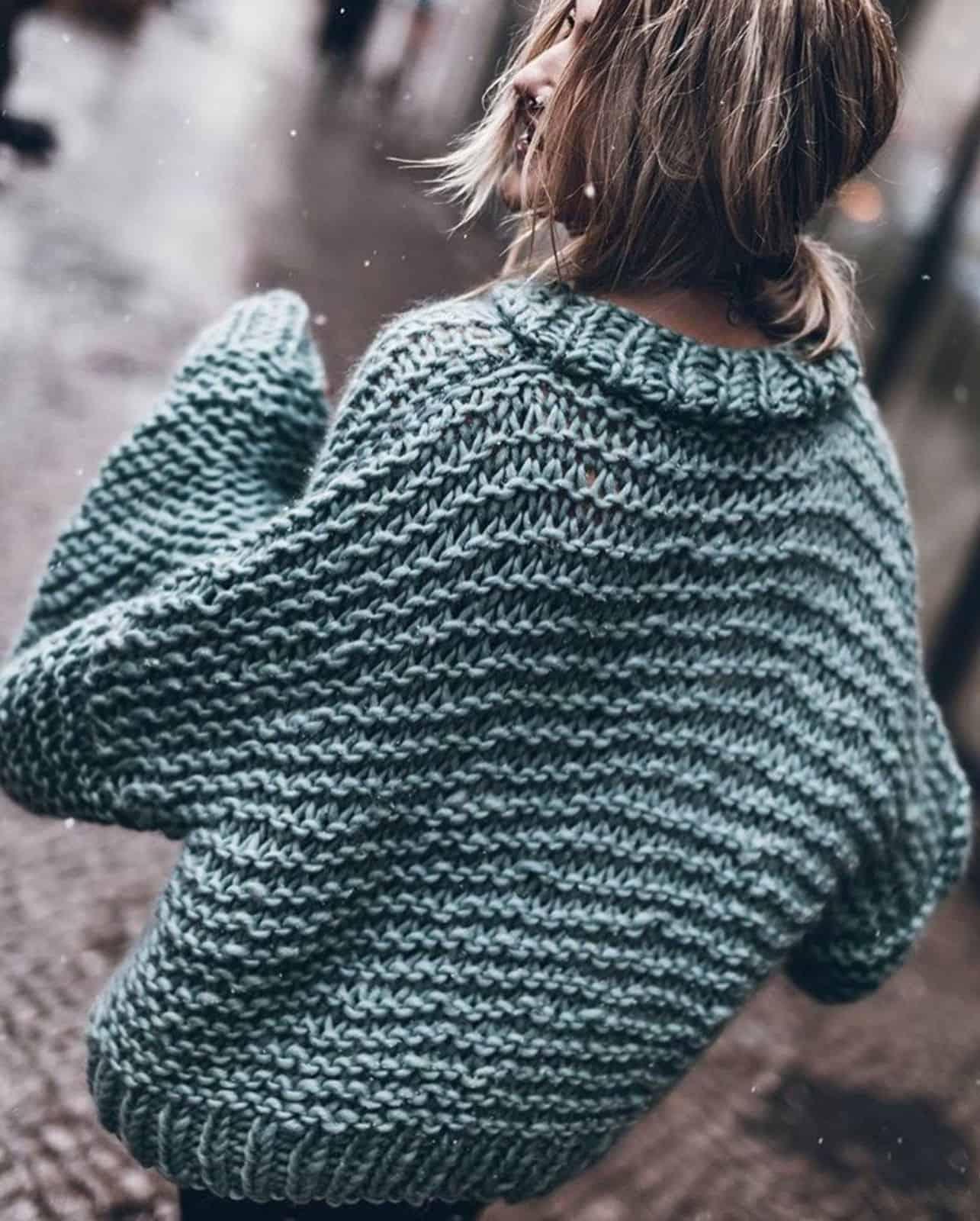 На второй фотографии женский свитер крупной вязки в цвете морской волны от Shapar, бренда одежды ручной работы в интернет-магазине связанных спицами вещей.