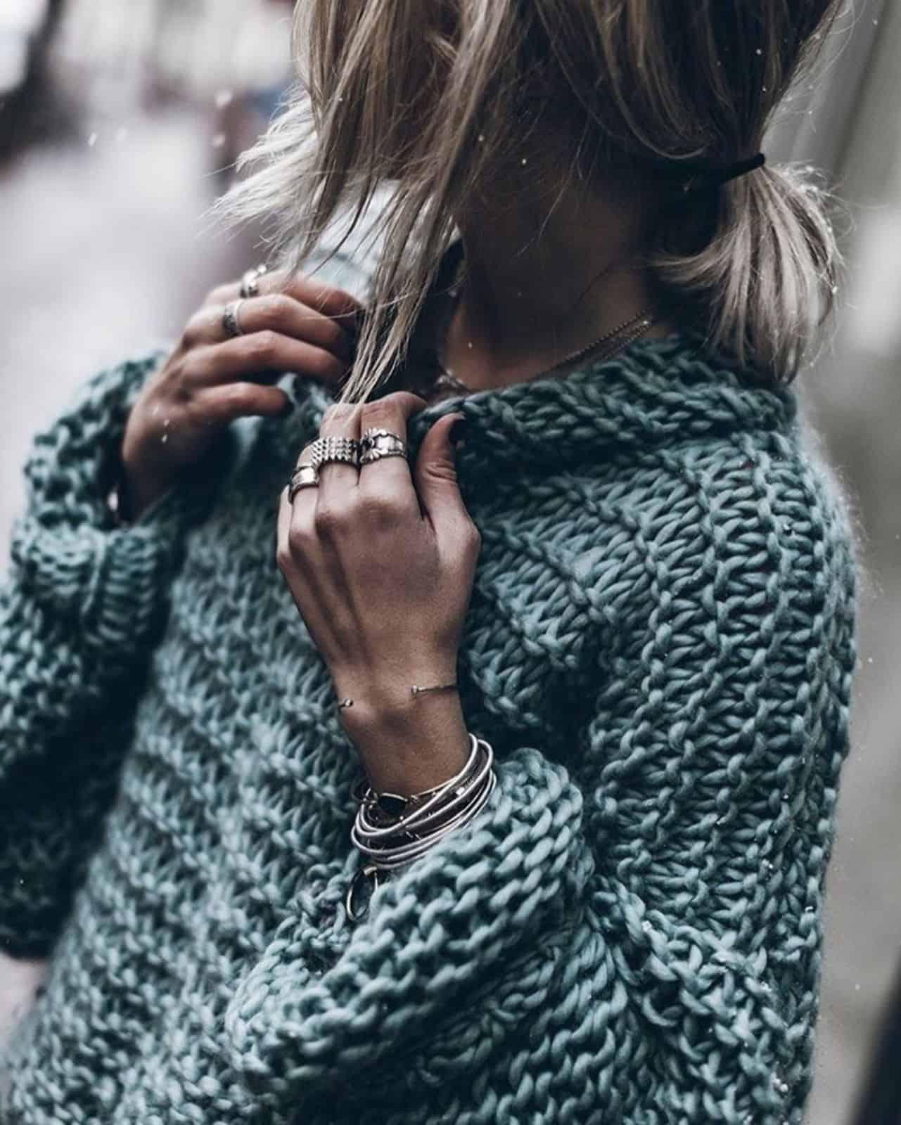 На фотографии женский свитер крупной вязки от Shapar, бренда одежды ручной работы в интернет-магазине связанных спицами вещей.