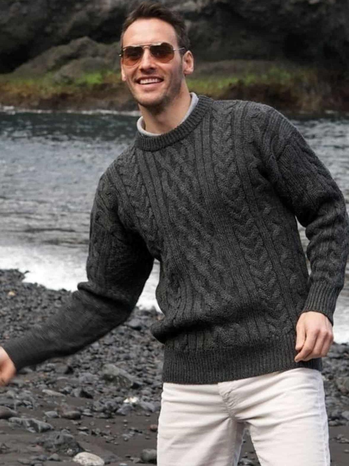 На фотографии свитер мужской классический от Shapar, бренда вязаной одежды ручной работы в интернет-магазине связанных спицами вещей.