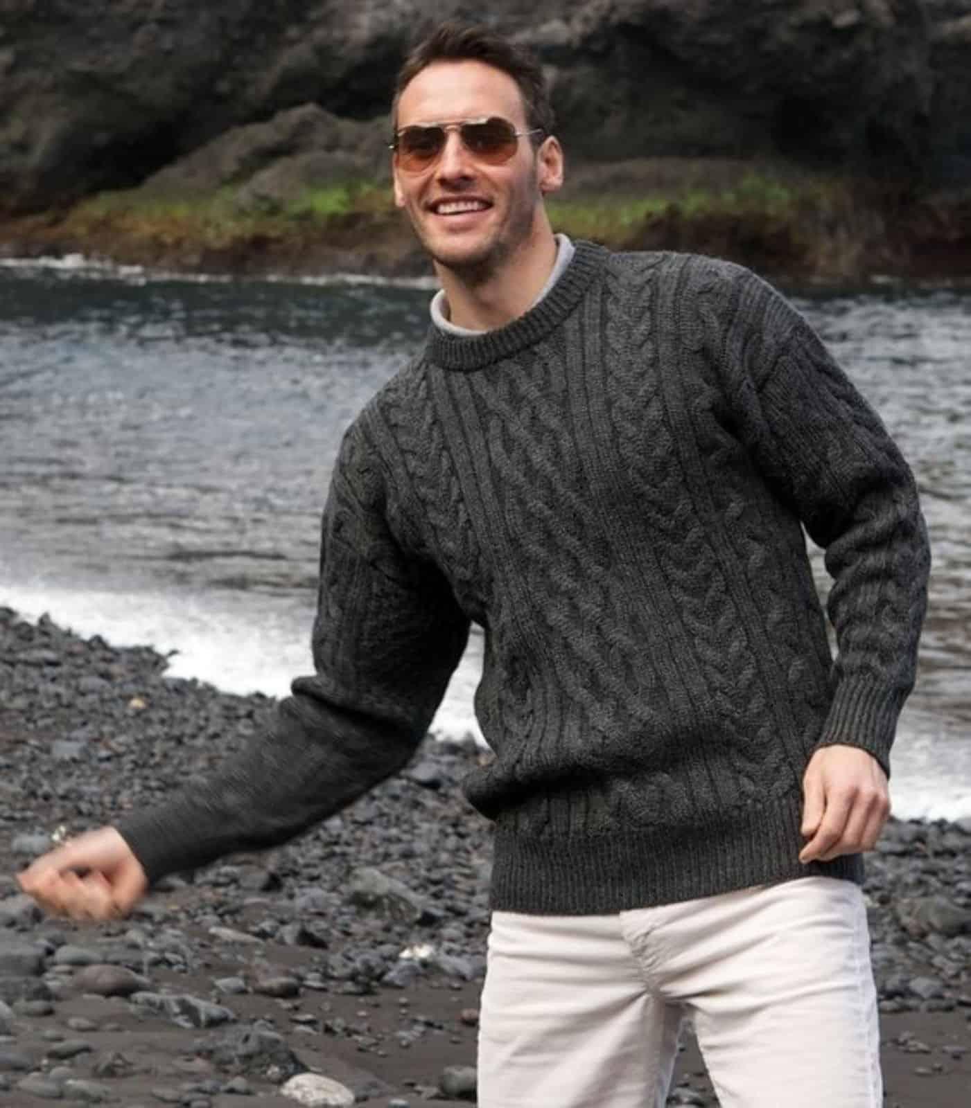 На фотографии классический вязаный свитер от SHAPAR, бренда мужской одежды ручной работы в интернет-магазине связанных спицами вещей.