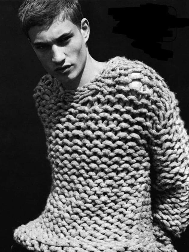 На фотографии светло-серый свитер толстой вязки мужской от Shapar, бренда вязаной одежды ручной работы в интернет-магазине связанных спицами вещей.