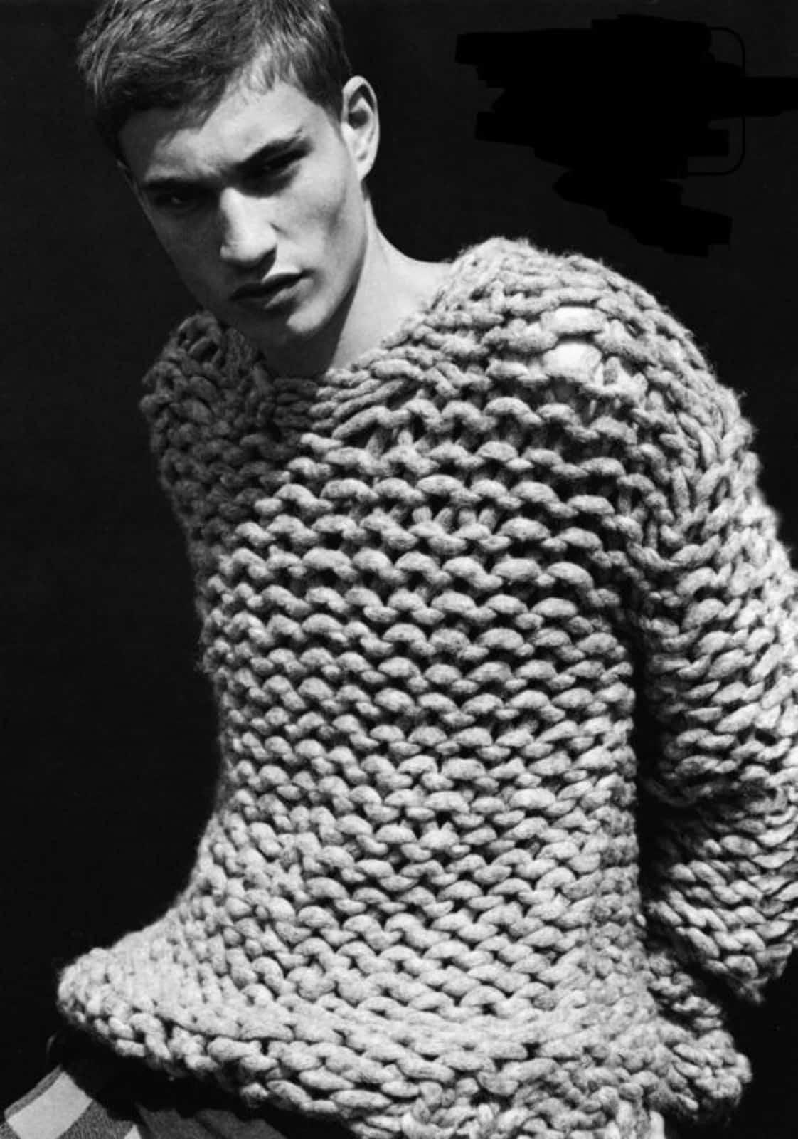 На фотографии светло-серый мужской свитер крупной вязки от SHAPAR, бренда эксклюзивной одежды ручной работы в интернет-магазине связанных спицами вещей.