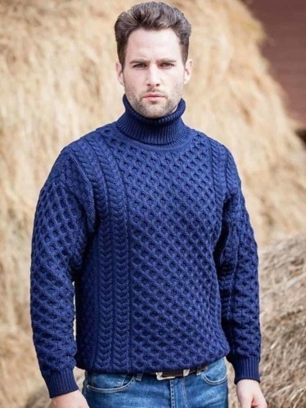 На фотографии мужской свитер с высоким воротником от Shapar, бренда вязаной одежды ручной работы в интернет-магазине связанных спицами вещей.
